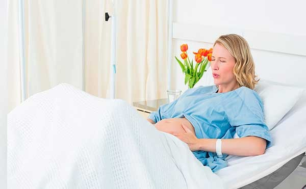 tilfredsstille kvinnen stikninger i magen gravid